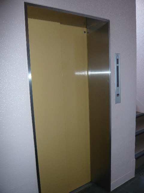 B.S.ハウスロボ 2階 エレベーター