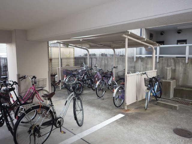 エステート岩塚 2階 駐輪場