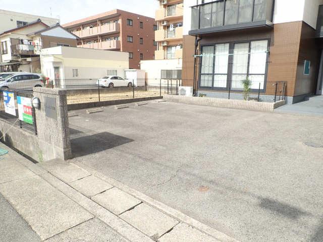 エントピア若鶴 1階 駐車場