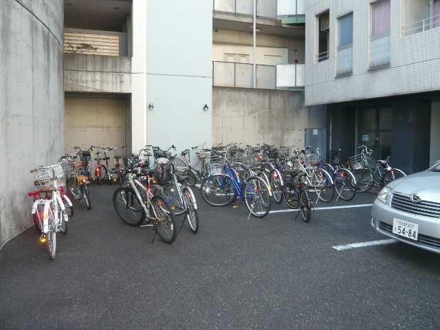ノーサレンダー 2階 駐輪場