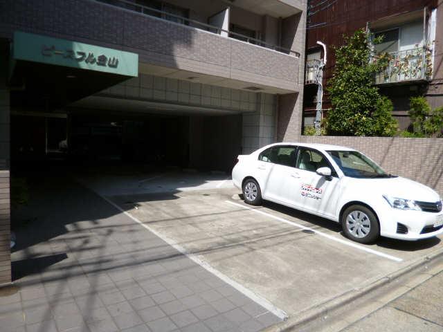 ピースフル金山 6階 駐車場(奥は駐輪場)