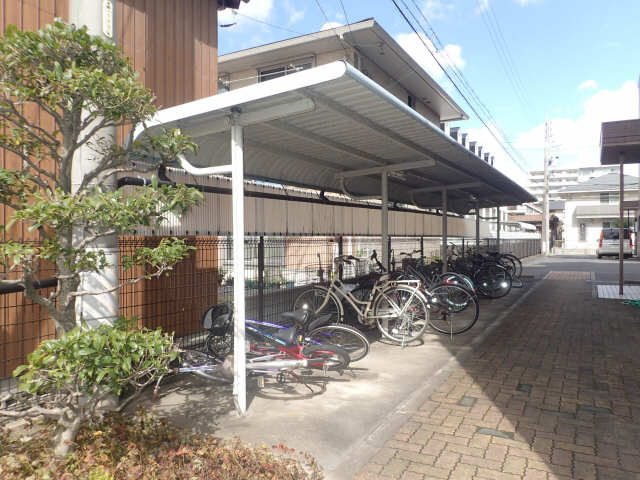 ファミール西浜田南館 1階 駐輪場