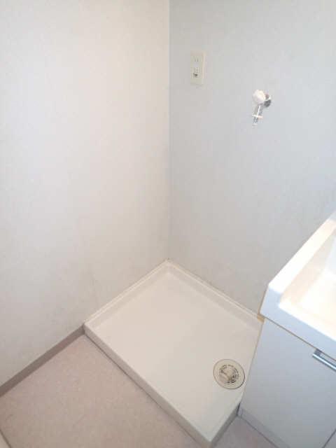 ファミール西浜田南館 1階 洗濯機置場