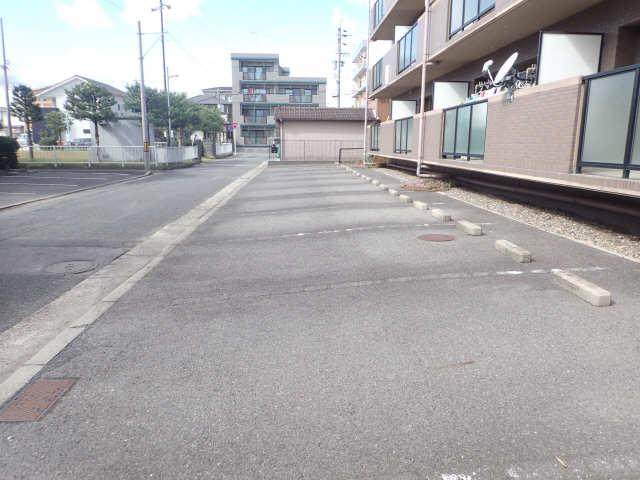 ファミール西浜田南館 1階 駐車場