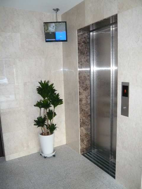 監視モニターとエレベーター