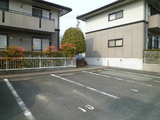 メゾン・ド・ラ・ヴィ佐奈川 駐車場