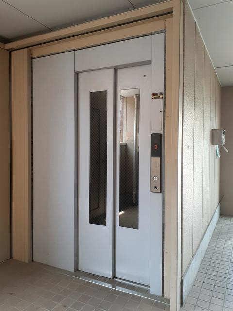 モデスト コザカイ エレベーター