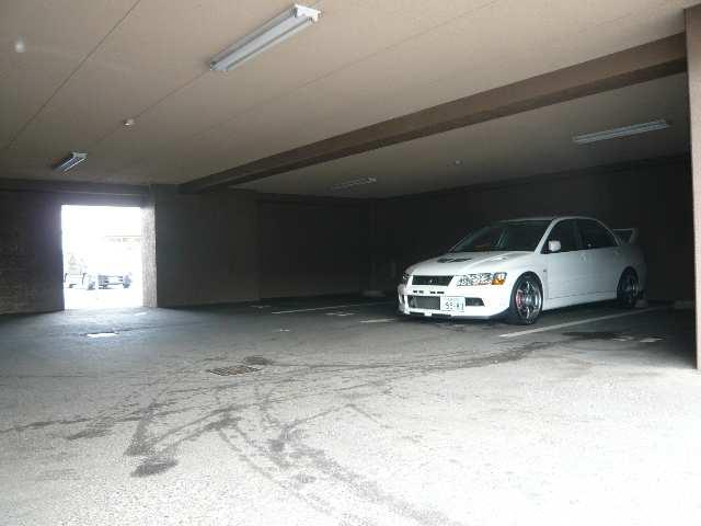 パラディーソ白壁 2階 屋根付駐車場