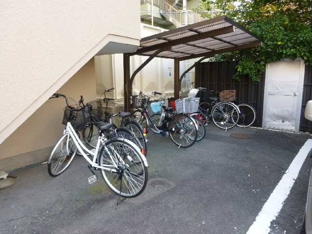 ユニバースビル 自転車置場