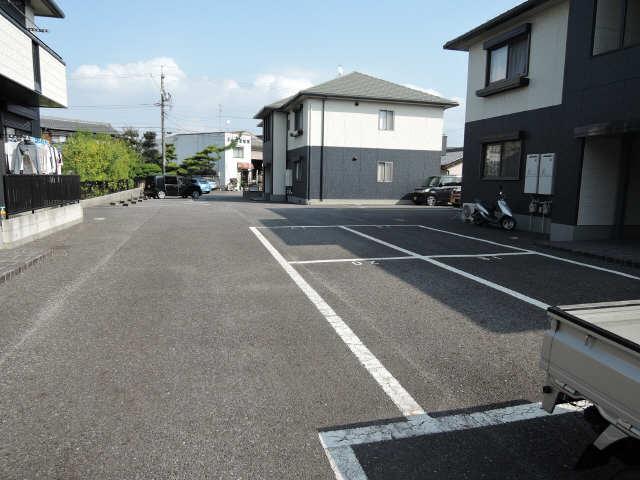 グレイス C棟 駐車場