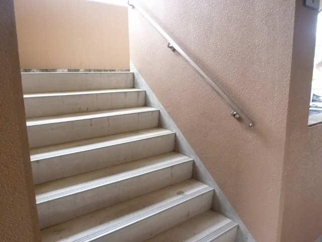 サウスヒルズA棟 2階 階段