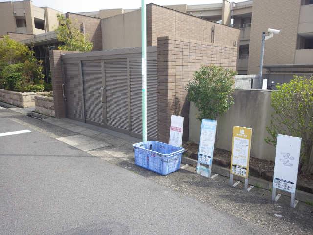 プライムメゾン富士見台 2階 ゴミ置き場