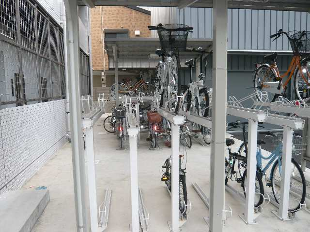 ラ・ヴィ・アン・ローズ 4階 駐輪場